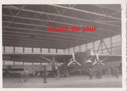 PHOTO ANCIENNE TERRAIN AVIATION DE CHARTRES AVION FARMAN 221 DANS LE HANGAR 22e ESCADRE 4e ESCADRILLE - Aviation