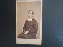 CDV Ancienne  Années 1900. Portrait D Un Prêtre.  PHOTOGRAPHE VICTOIRE À LYON - Anciennes (Av. 1900)