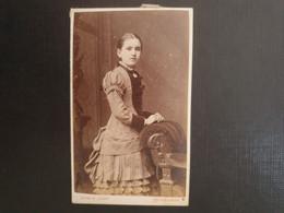 CDV Ancienne  Années 1900. Portrait D Une Petite Fille.  Photographe J HOWIE. EDINBURGH ÉCOSSE - Anciennes (Av. 1900)