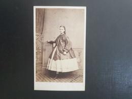 CDV Ancienne  Années 1900. Portrait D Une Jeune Fille.  NEWALS BUILDINGS À MANCHESTER - Alte (vor 1900)