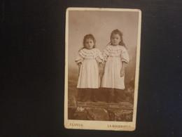 CDV Ancienne  Années 1880. Portrait De 2 Petites Sœurs.  Photographe CLOVIS À LA BOURBOULE - Anciennes (Av. 1900)