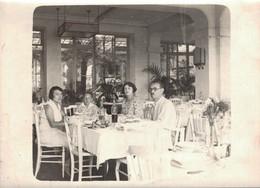 PHOTO 18 X 13 CMS UNE FAMILLE A TABLE AU RESTAURANT DE L'HOTEL VACANCES A ROYAN EN 1931 - Anonyme Personen