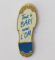 1 Pin's FOOTBALL - TOUS A BARI AVEC L'OM - Calcio
