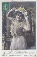 D3034 FEMME BRUNE - ROBE MAUVE AVEC DENTELLE / CHAPEAU - STE CATHERINE - E.L.D. - Vrouwen