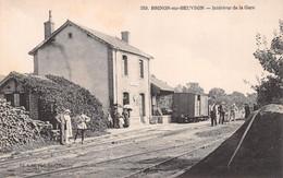 58 - Brinon-sur-Beuvron - Intérieur De La Gare Magnifiquement Animé - Wagons - Brinon Sur Beuvron
