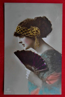 CPA 1912 - Femme - Mode Coiffure Rétro - Eventail - Donne