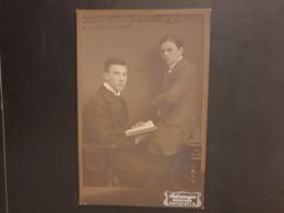 CDV  Ancienne  FORMAT CABINET Fin 19ème. Portrait De 2 Frères.  Photographe PHOTOGRAPHE OSTERMAYR À  MUNICH ALLEMAGNE - Alte (vor 1900)