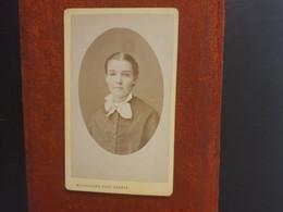 CDV Ancienne  Années 1880. Portrait D Une Petite Fille.  PHOTOGRAPHE BOISSONNAS À GENÈVE SUISSE - Alte (vor 1900)