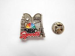 Superbe Pin's , Tennis , Roland Garros 1993 , Média NBC Sports , Paris Tour Eiffel , Big Ben , Non Signé , Argent - Tennis