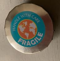 "CENDRIER DE POCHE CLIC CLAC - 5,5 Cm  (""Handle With Care FRAGILE"") - Ohne Zuordnung"