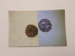 Obole Caduque A La Tête Triangulaire A Gauche Rv/ Croix Avec Trois Lunules Et Une Hache - Celtas