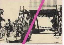 """6 JUIN 1944 * BENOUVILLE * CALVADOS * JOUR """"J"""" *NORMANDIE * LES SOLDATS BRITANNIQUES  SUR LE PONT DE PEGASUS BRIDGE* - Guerra 1939-45"""