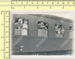 REAL PHOTO  Train In Railway Station, Women On Window ,Train Gare JZ YUGOSLAVIA 1964 OLD SNAPSHOT - Trains
