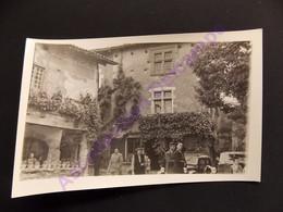 Photo Originale Amateur Vers 1950 Dans Le Village De Perouges Famille Et Voitures - Luoghi
