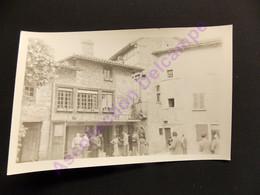 Photo Originale Amateur Vers 1950 Visite En Famille Du Village De Perouges Maison Du Cadran Solaire - Luoghi