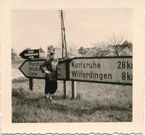 Petite Photo (6,5 X 6,5 Cm) - Ancienne Signalisation à PFINGSTEN -- KARLSRUHE - CALW - WILFERDUNGEN (1956) (BP) - Automobili