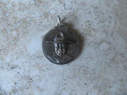 Souvenir Médaille à Identifier Scoutisme Baden Powel ?   Recto XXVI  Anniversaire 13 Décembre 1936 Paris Diamètre 2 Cm - Obj. 'Herinnering Van'