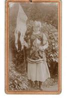 PHOTO ( 10,4 X 6,2 Cm) - Jeune Femme Avec Armure Et Drapeau - 1900 Env. - Anonieme Personen