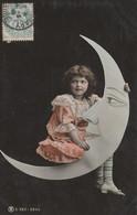 CPA Fillette Assise Sur La Lune Astre Moon Surréalisme Surrealism Little Girl Fantasmagorie  (2 Scans) - Andere