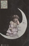 CPA Fillette Accoudée Contre La Lune Astre Moon Surréalisme Surrealism Little Girl Fantasmagorie  (2 Scans) - Andere