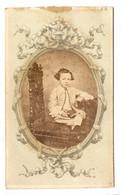 FOTO PHOTO CDV 19 ème SIECLE CONSTANT PEIGNE NANTES SGDG - MIGNON PETIT GARCON FRISÉ ASSIS LIVRE à La MAIN - Anciennes (Av. 1900)