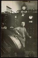 Carte Photo 1929 - A Identifier - Industrie ? Mécanique ? Ouvrier Devant Une Installation - 2 Scans - Autres