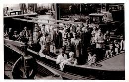Photo Touristique Originale Départ Pur Une Excursion Maritime Dans Le Port De Hamburg En 1951 - Bateau à Quai - Boats