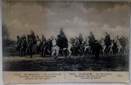 En Belgique Sur La Route De Dixmude Prisonniers Allemands Escortés Par Des Saphis - War 1914-18