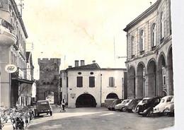 33 - CADILLAC Place De La République ( Bon Plan Autos Et 2 CV Citroen ) CPSM Village (2.760 H) Dentelée N/B GF - Gironde - Cadillac