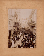 S49-022 Cadix (Cadiz) - Défilé Dans Une Rue De La Ville (Desfile En Una Calle De La Ciudad) - Lugares