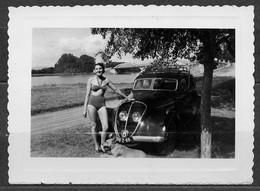 1 PHOTO - PONT DE THOISSEY (01) - PEUGEOT 2020 ( 1951) - JEUNE FEMME EN MAILLOT DE BAINS. - Auto's