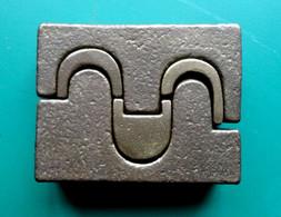 Sculpture En Bronze Figurant Des éléments Emboités, Monogrammée « JB » Dans Un Rectangle - Bronzi