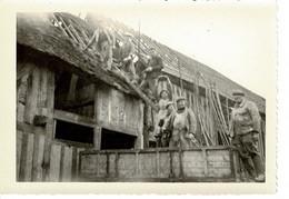 PHOTO ( 10,6 X 8,9 Cm) - Fermiers - Ferme En Travaux, Alentour Saint Cyr Du Bailleul - Manche. - Anonieme Personen