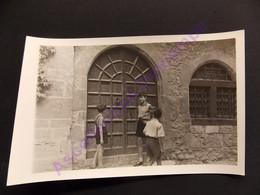 Photo Enfants Et Adolescent Devant Une Porte à Perouges Ain - Luoghi