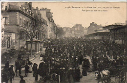 D35  RENNES  La Place Des Lices Un Jour De Marché  Vue Prise Du Bas De La Place - Rennes