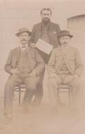 CARTE-PHOTO 62 HAUTEVILLE HOMMES LISANT L'HUMANITE     POLITIQUE - Ohne Zuordnung