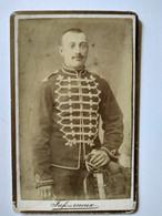 Photographie Ancienne CDV - HUSSARD Debout - Dolman Et Brandebourgs Blancs - Grade Sur Manche - Villefranche (69) - BE - Oorlog, Militair