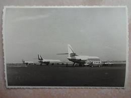 Photo Aviation 3 AVIONS Sur Le Tarmac D'un Aéroport - Beau Plan Années 60 - Aviation