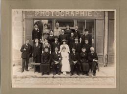 18 CHER - CHATEAUMEILLANT  2 Photos Sur Cartons Rigides Prises Devant Le Magasin Du Photographe PETIT Et ROGER - Châteaumeillant