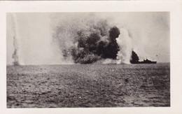 PHOTO ORIGINALE 39 / 45 WW2 MARINE FRANCAISE SÉNÉGAL DAKAR LE CUIRASSE RICHELIEU SOUS LE FEU ANGLAIS - Krieg, Militär