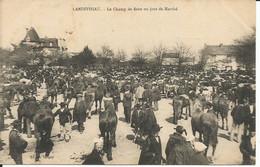 LANDIVISIAU  -  Le  Champ  De  Foire  Un  Jour  De  Marché - Landivisiau