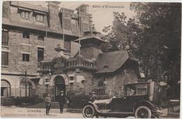 DINARD - Rue Levavasseur Dinard - Hôtel. Voiture Ancienne. Personnages. - Dinard