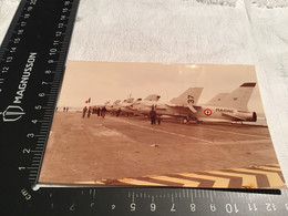 Photo Couleur Homme Sur Le Porte-avions Foch Avion Avion à L'arrêt Sur Le Pont D'envol Du Porte-avions Foch - Anonymous Persons