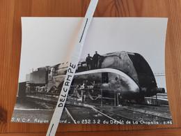 SNCF : Photo Originale Anonyme 17 X 22,5 : Locomotive à Vapeur 232 S 2 Au Dépôt De PARIS LA CHAPELLE (75) En 03/1946 - Treinen