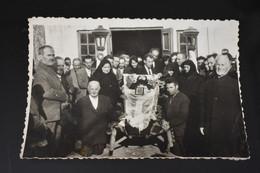F351 Photo Dead Old Woman Coffin People Around Romanian Peasants - Fotografía