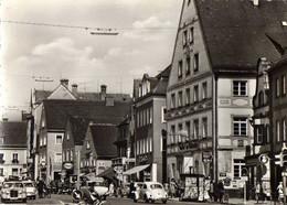 ALLEMAGNE - FÜRSTENFELDBRUCK - Stadtplatz - Opel, Esso, Kiosque Journeaux, Voitures,vélos,passants - Fuerstenfeldbruck