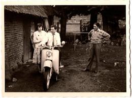 Photo Originale Motocyclisme, Moto & Scooter à Identifier En Famille Au Jardin Vers 1970/80 - Cycling