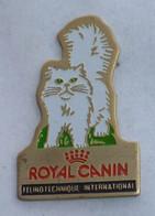Pin's ROYAL CANIN, FELINOTECHNIQUE INTERNATIONAL - Animali