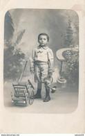 Carte-Photo : Portrait D''un Jeune Garçont Avec Sa Brouette Et Son Cor (jouet, Toy) (Ca 1920) (BP) - Ancianas (antes De 1900)