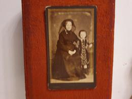 CDV Ancienne Années 1880. Portrait D Une Grand Mère Et Sa Petite Fille.  PHOTOGRAPHE GILBERT AINE - Alte (vor 1900)